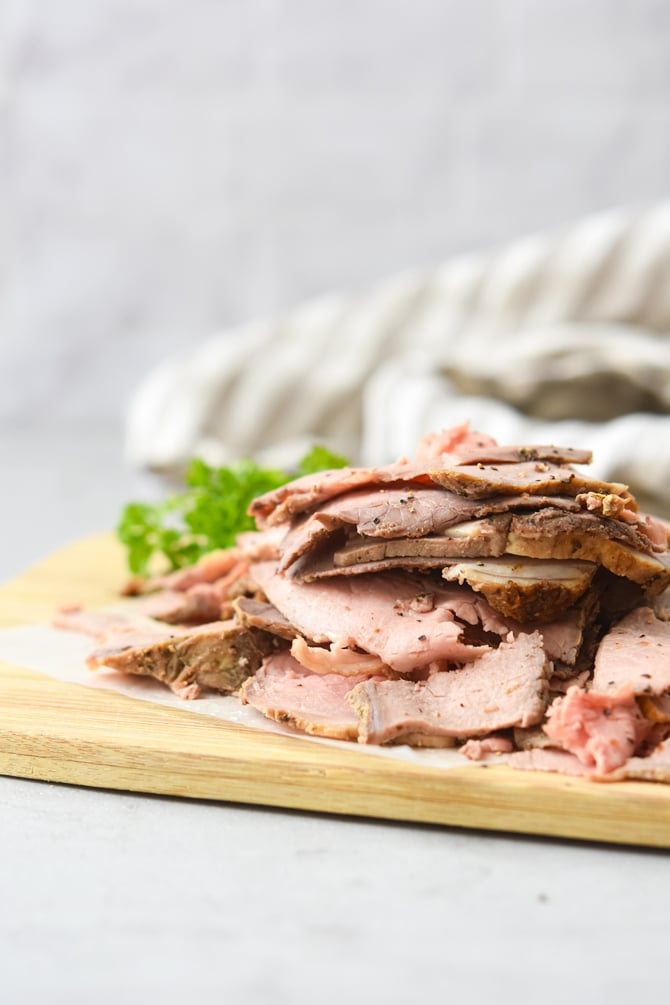 Rost Beef sliced thin on cutting board